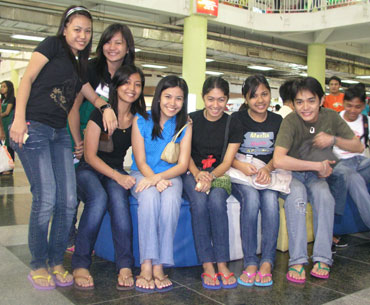 b379d4ca5ac6 Students strike a pose with their Havaianas buds. (davaotoday.com photo by Jonald  Mahinay)