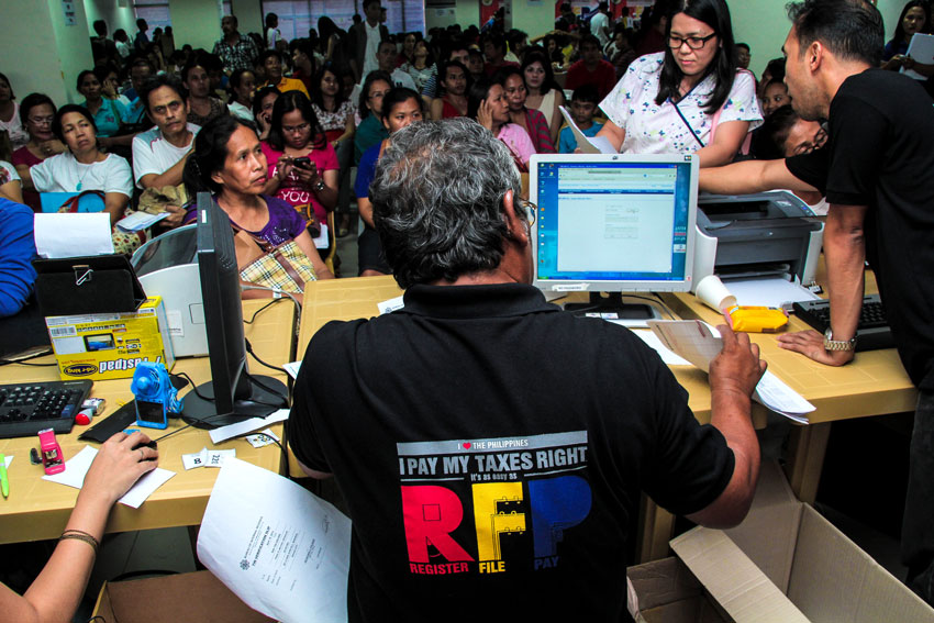 Thousands rush on last day of income tax-filing